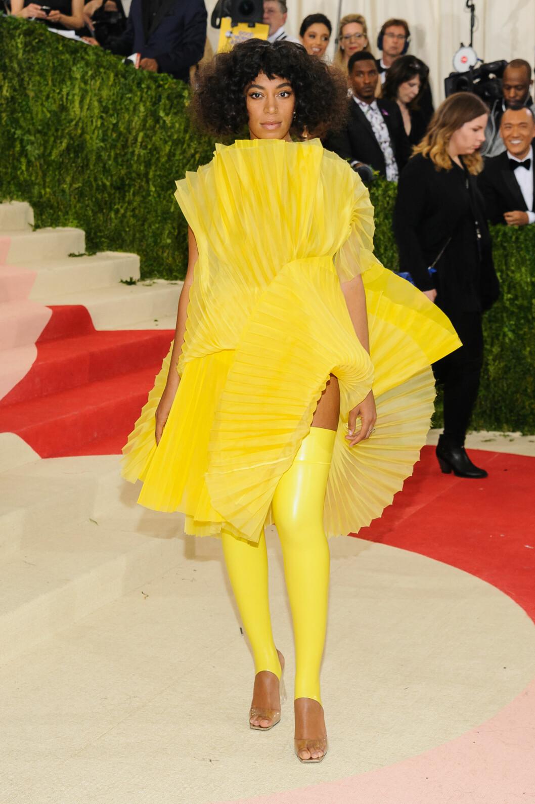 DRUKNET: Solange Knowles er tøff som velger noe originalt, men de mange rysjene på dette David LaPort-antrekket gjorde at hun forsvant litt. Legg merke til fottøyet i lateks!   Foto: Splash News