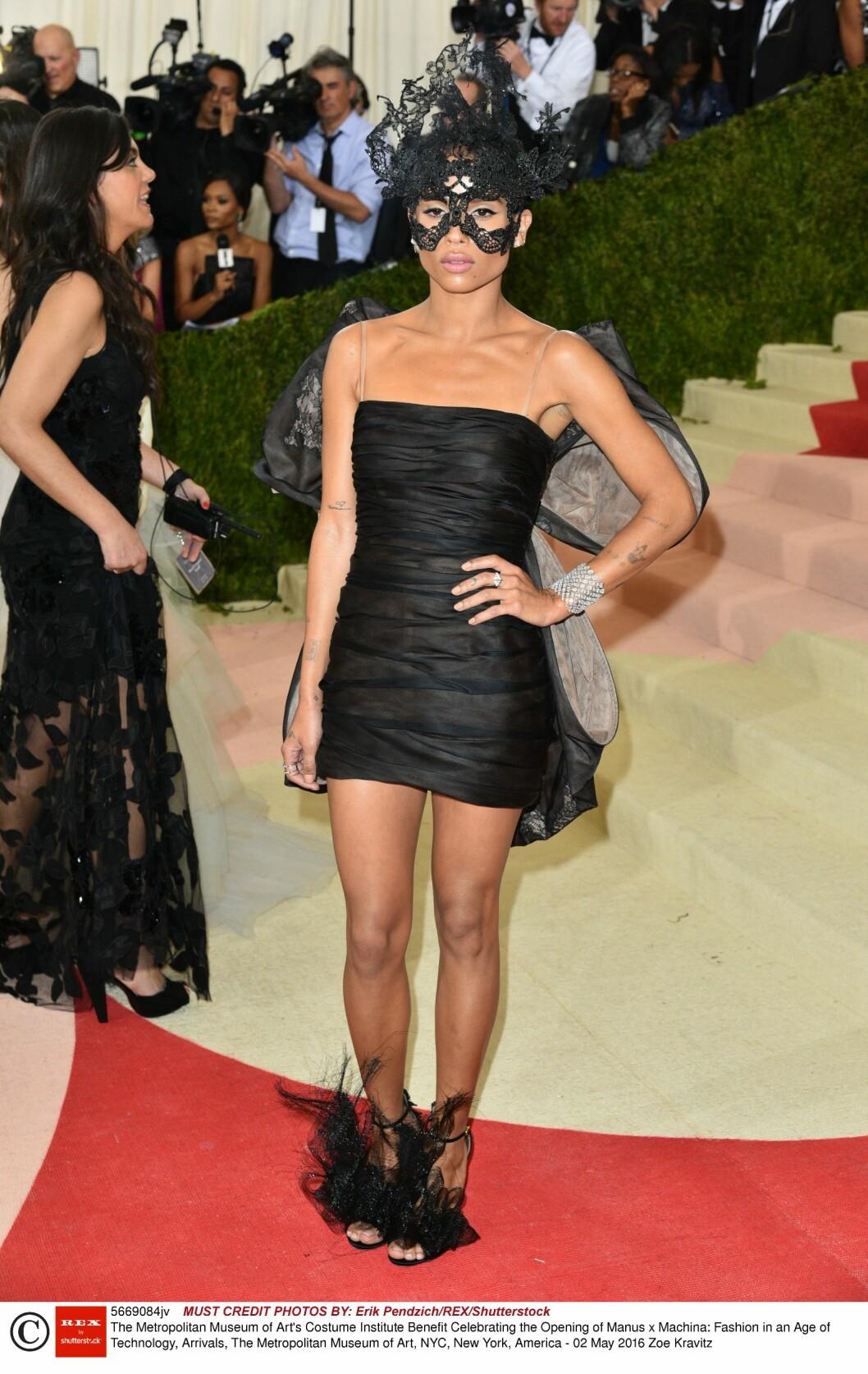 KARNEVAL: Zoe Kravitz skilte seg ut i en sort kjole med «vinger» og en sort blondemaske, begge deler fra Valentinos Haute Couture-kolleksjon fra høsten 2010.  Foto: Rex Features