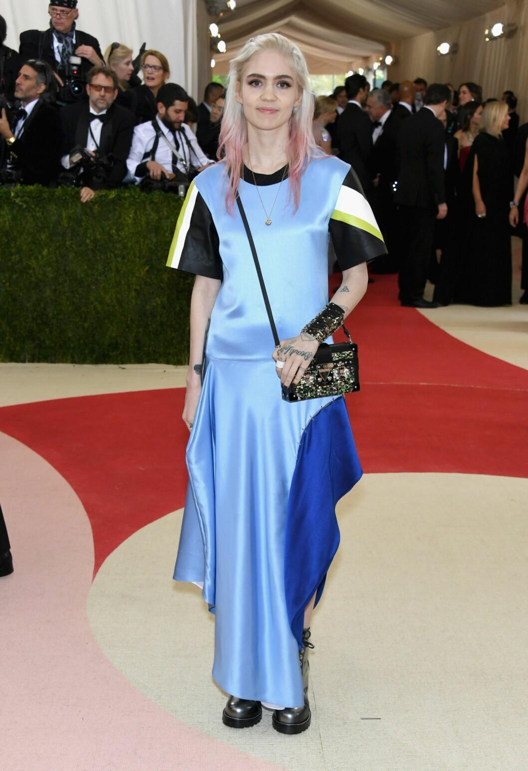 FORMLØS: Artisten Grimes stilte i en fotsid, t-skjortelignende kjole stylet med boots og glitrende tilbehør. Foto: Afp