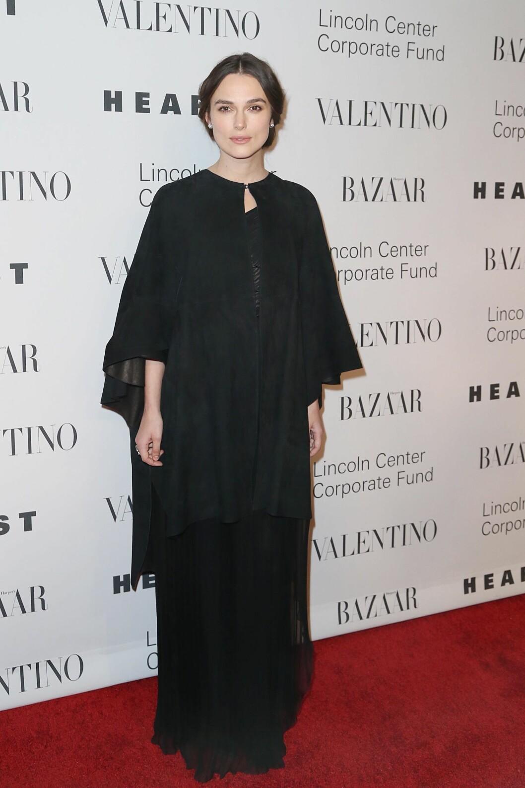 <strong>I HELSORT:</strong> Skuespiller Keira Knightley får kritikk for å ha valgt et lite feststemt antrekk til Valentino-festen. Hun stylet antrekket med enkle smykker og svært diskret sminke. Foto: SipaUSA