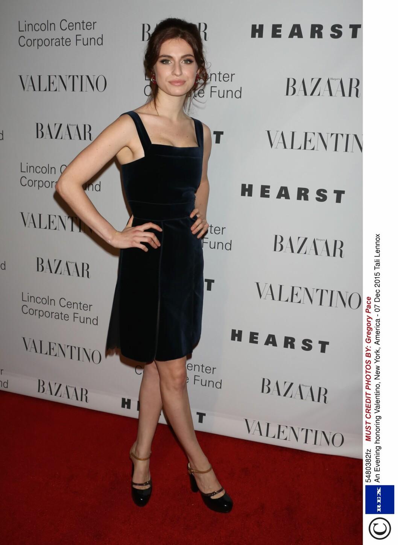 <strong>RETRO:</strong> Kunstnerdatteren til Eurythmics-frontfigur Annie Lennox, 22-årige Tali Lennox, tok seg flott ut i en sekstitallsinspirert fløyelskjole.  Foto: Rex Features