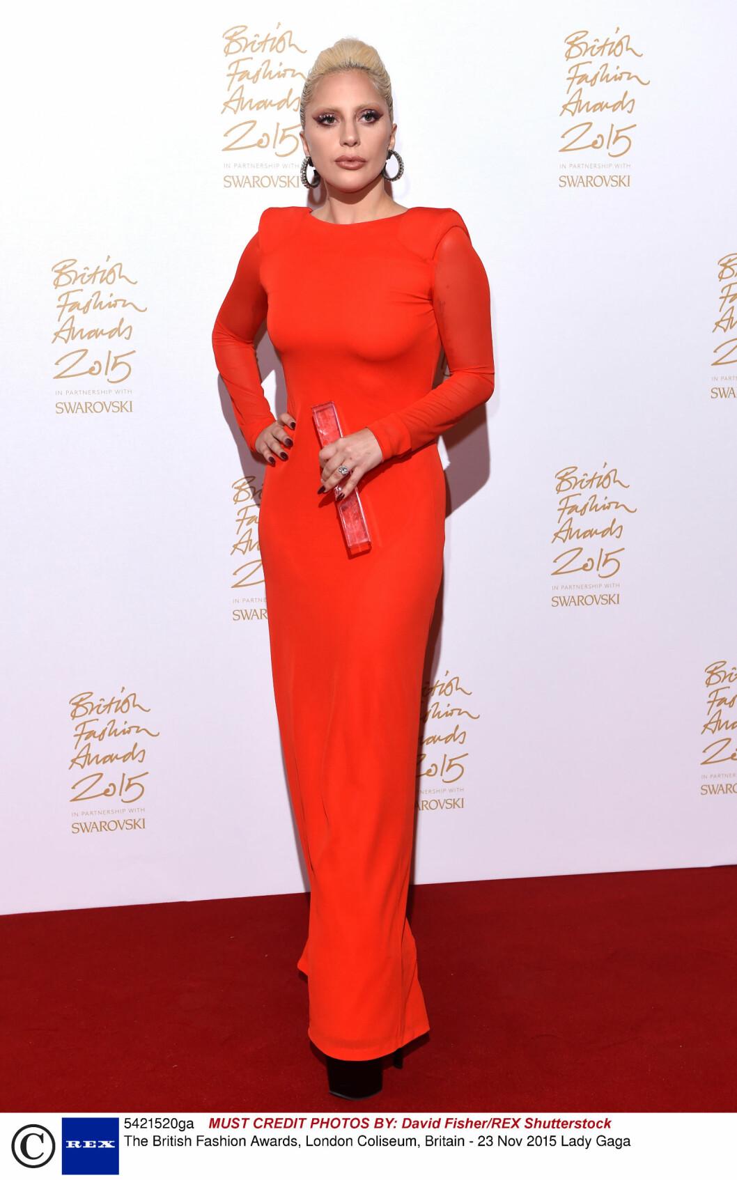 <strong>HELRØDT:</strong> Popstjernen Lady Gaga strålte i en usedvanlig «vanlig» rød kjole, stylet med sorte platåsko. Foto: Rex Features