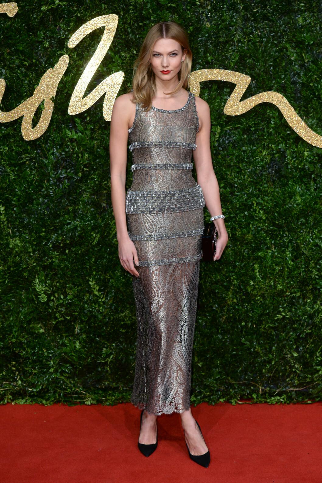 <strong>GLITRET:</strong> Supermodell Karlie Kloss stilte i en metallisk, gjennomskinnelig Chanel-kjole med retro paisleymønster. Foto: Pa Photos