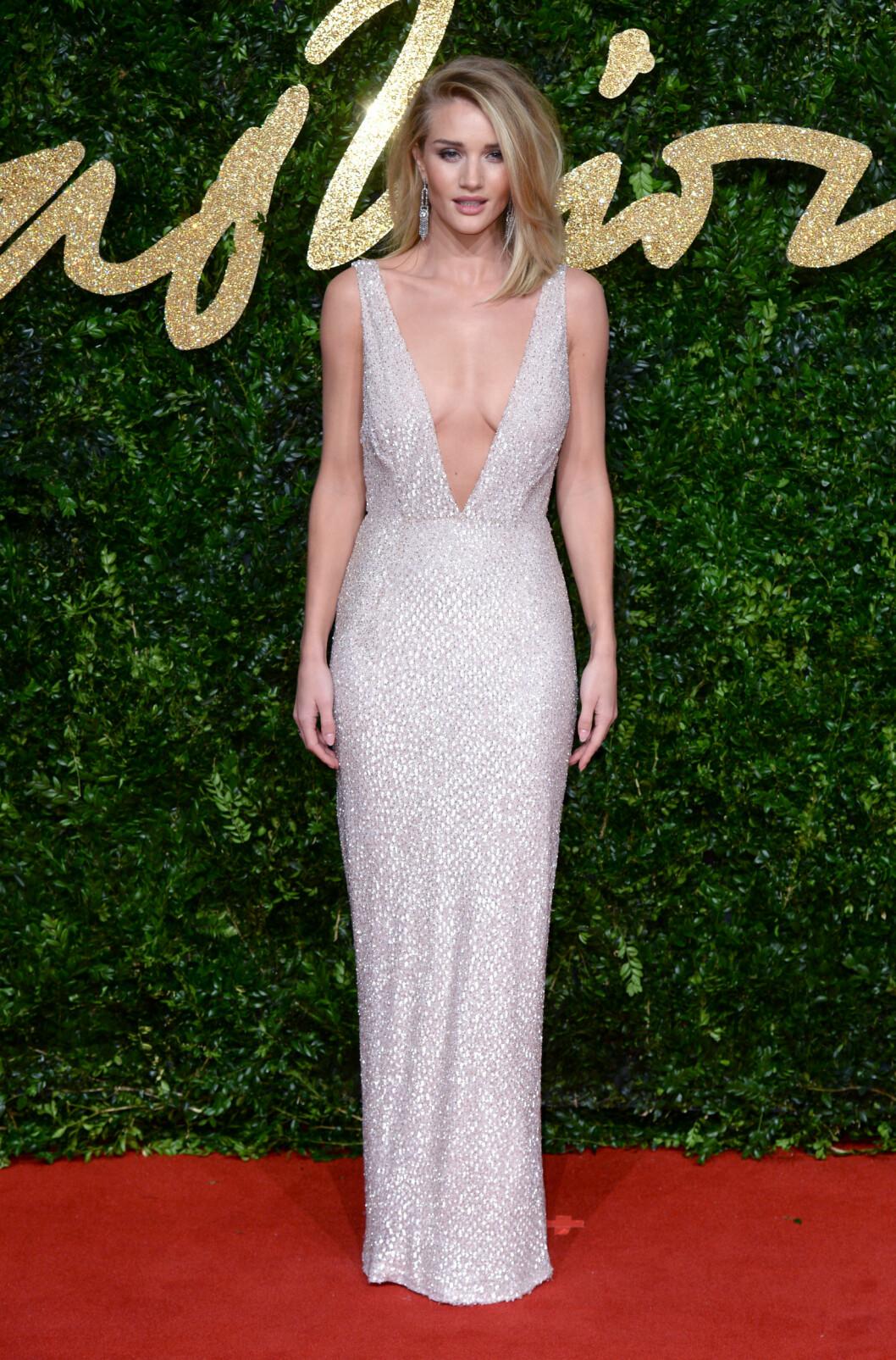 <strong>SEXY:</strong> Supermodell Rosie Huntington-Whiteley oste av eleganse og sex-appell i denne glitrende Burberry-kjolen. Foto: Pa Photos