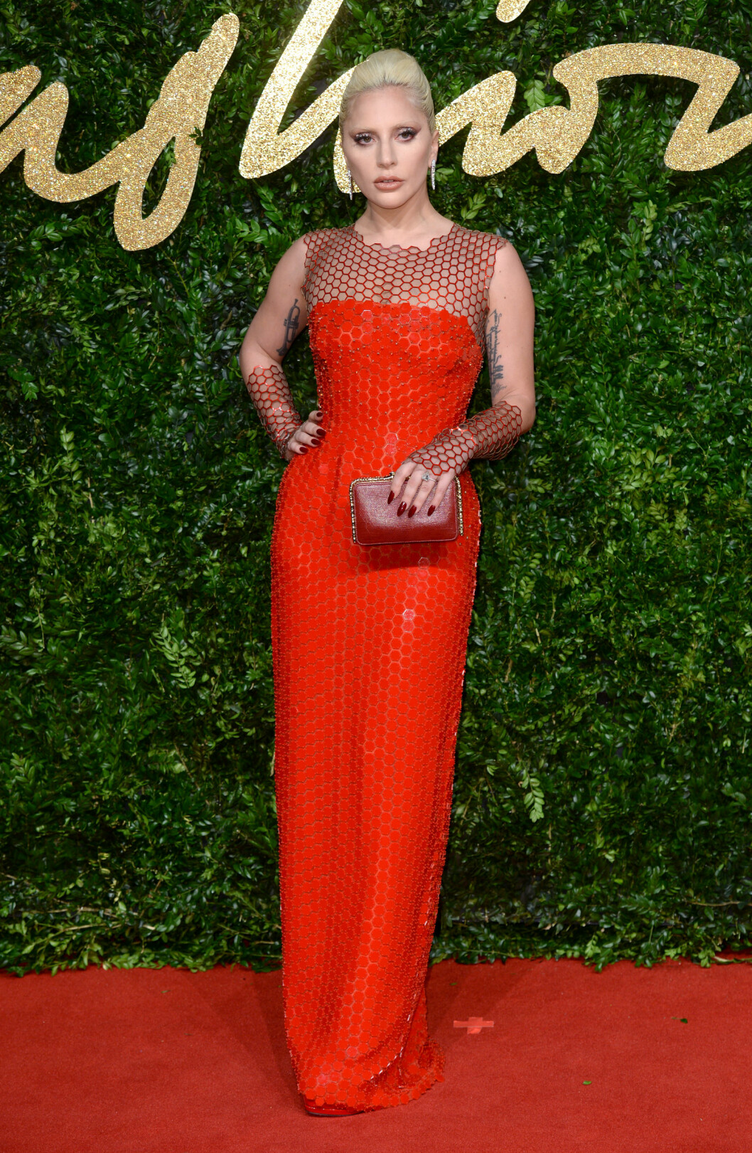 <strong>ROCKA:</strong> Lady Gaga får moteskryt for denne glitrende, røde kjolen som Tom Ford designet spesielt for henne. Legg merke til de matchende skoene fra Giuseppe Zanotti. Foto: Pa Photos