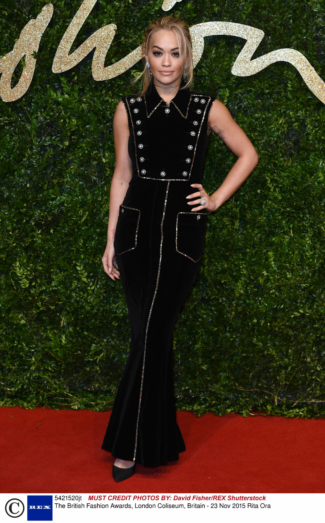 <strong>TILDEKKET:</strong> Popstjernen Rita Ora er vanligvis mer tildekket, men på British Fashion Awards stilte hun i en sort fløyelskjole fra Chanels Pre-Fall 2014-kolleksjon. Legg merke til 90-tallsstylingen! Foto: Rex Features
