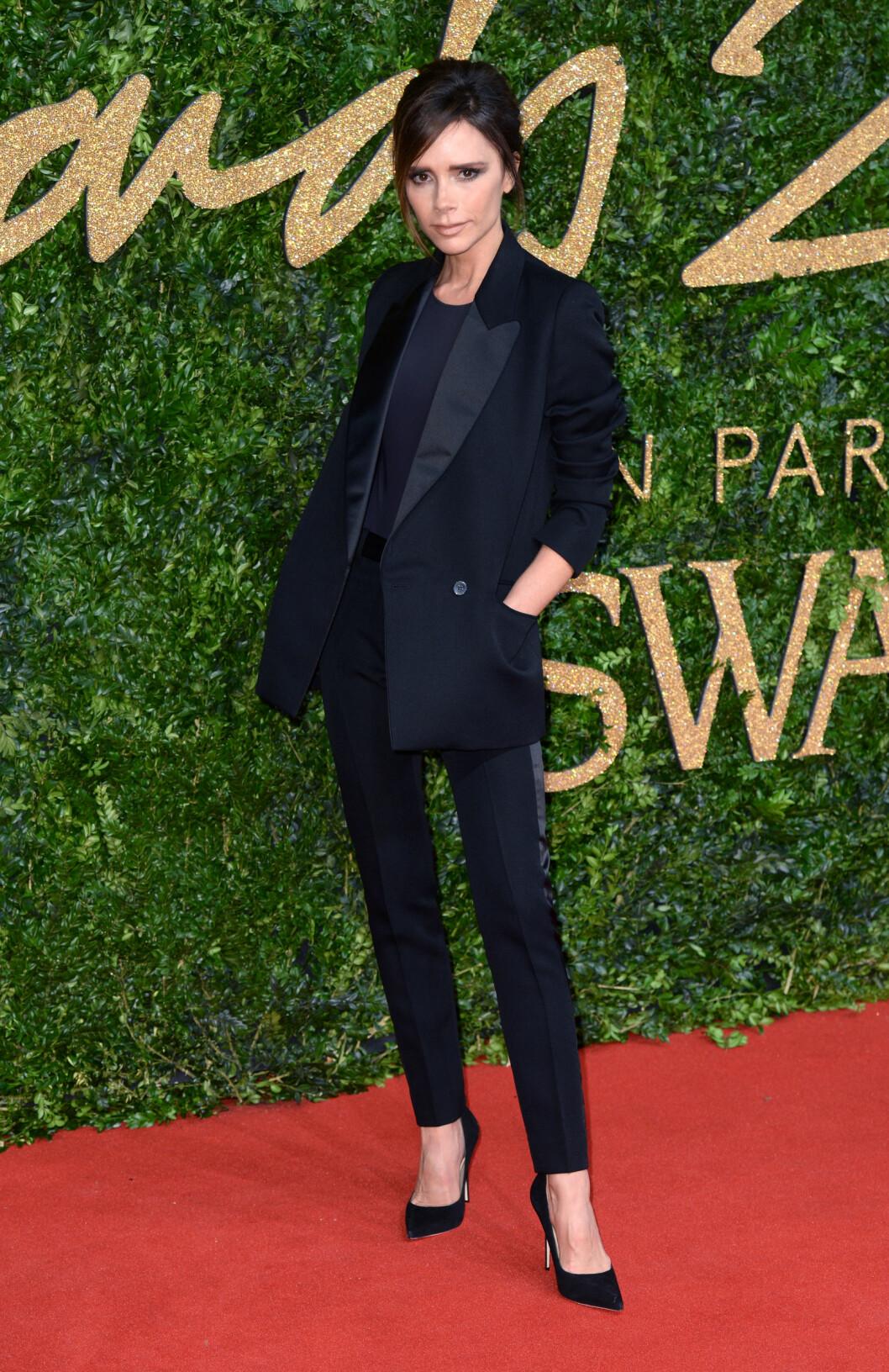 <strong>ANDROGYN:</strong> Victoria Beckham stilte i en skreddersydd, sort dress på motefesten.  Foto: Pa Photos