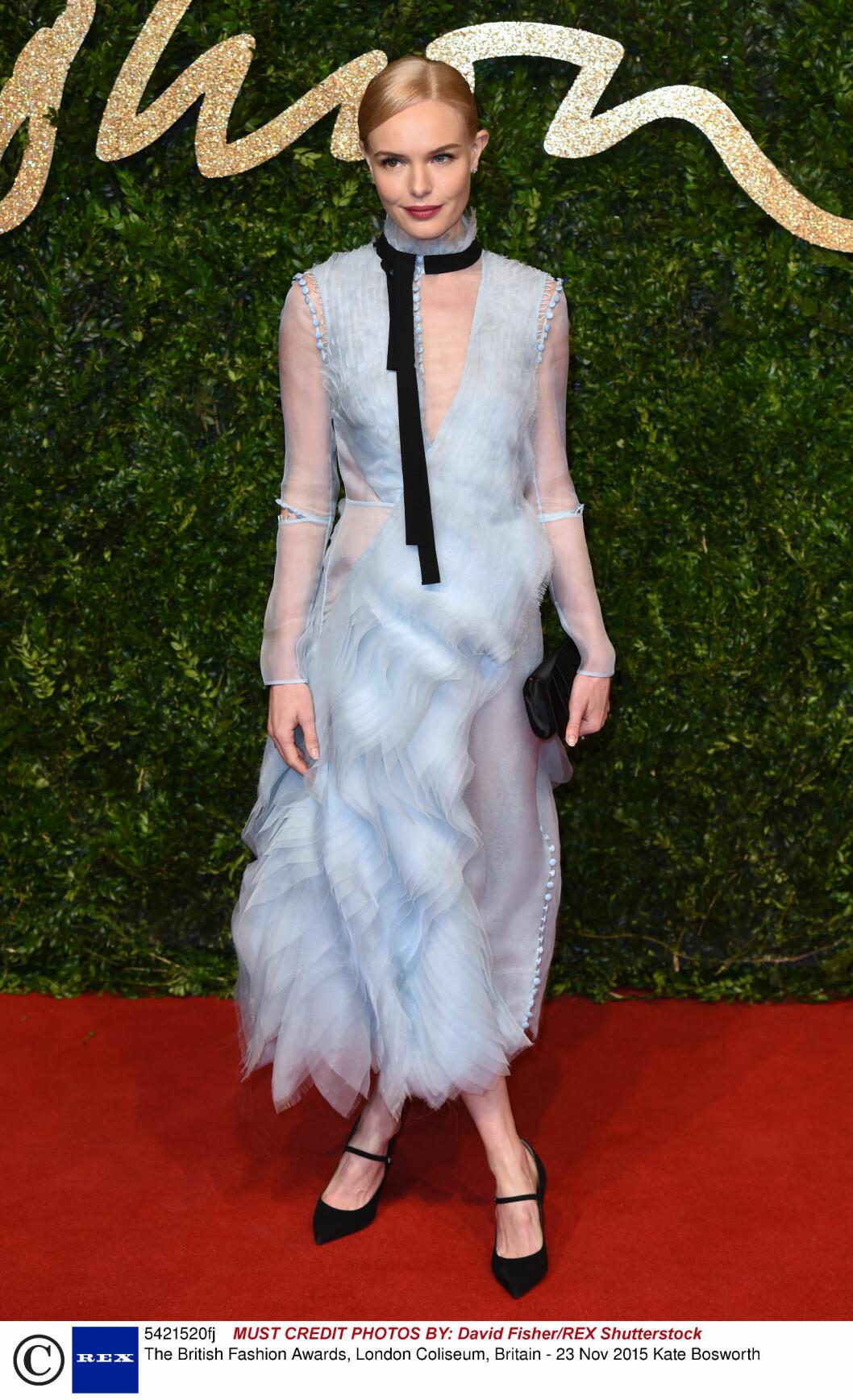 <strong>YNDIG:</strong> Kate Bosworth fikk skryt for denne lyseblå tyllkjolen med 3D-applikasjoner fra Erdems kommende vårkolleksjon. Vesken er fra Louboutin, mens pumpsene er fra Tabitha Simmons.  Foto: Rex Features