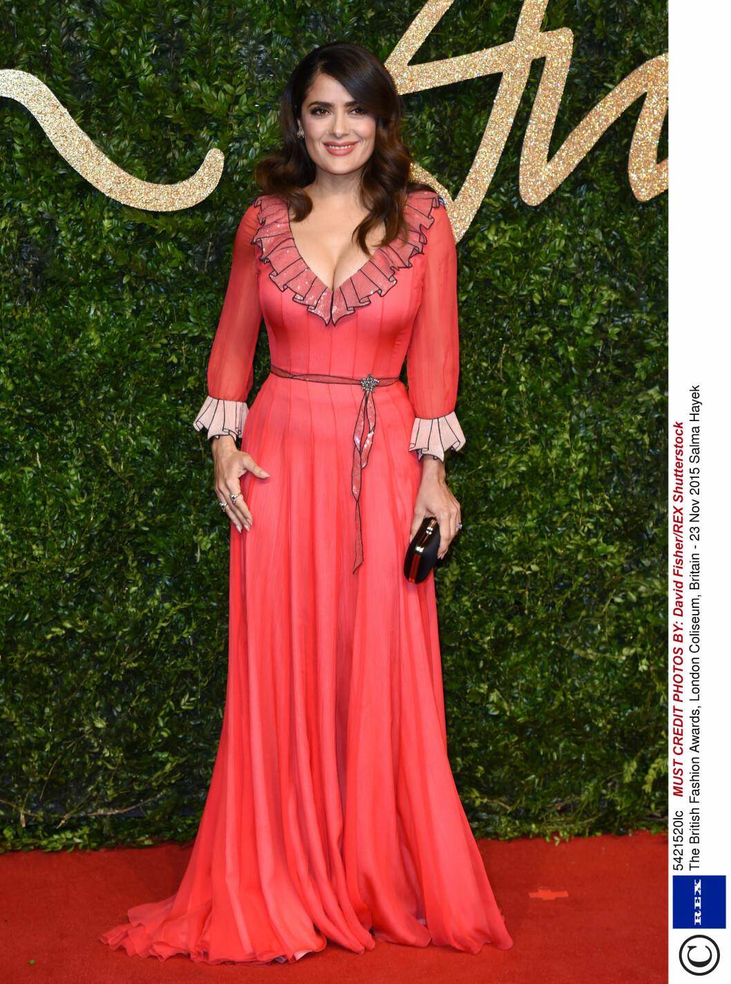 <strong>VISTE KLØFT:</strong> Salma Hayek valgte en ferskenfarget Gucci-kjole med paljettdetaljer på årets British Fashion Awards. Foto: Rex Features