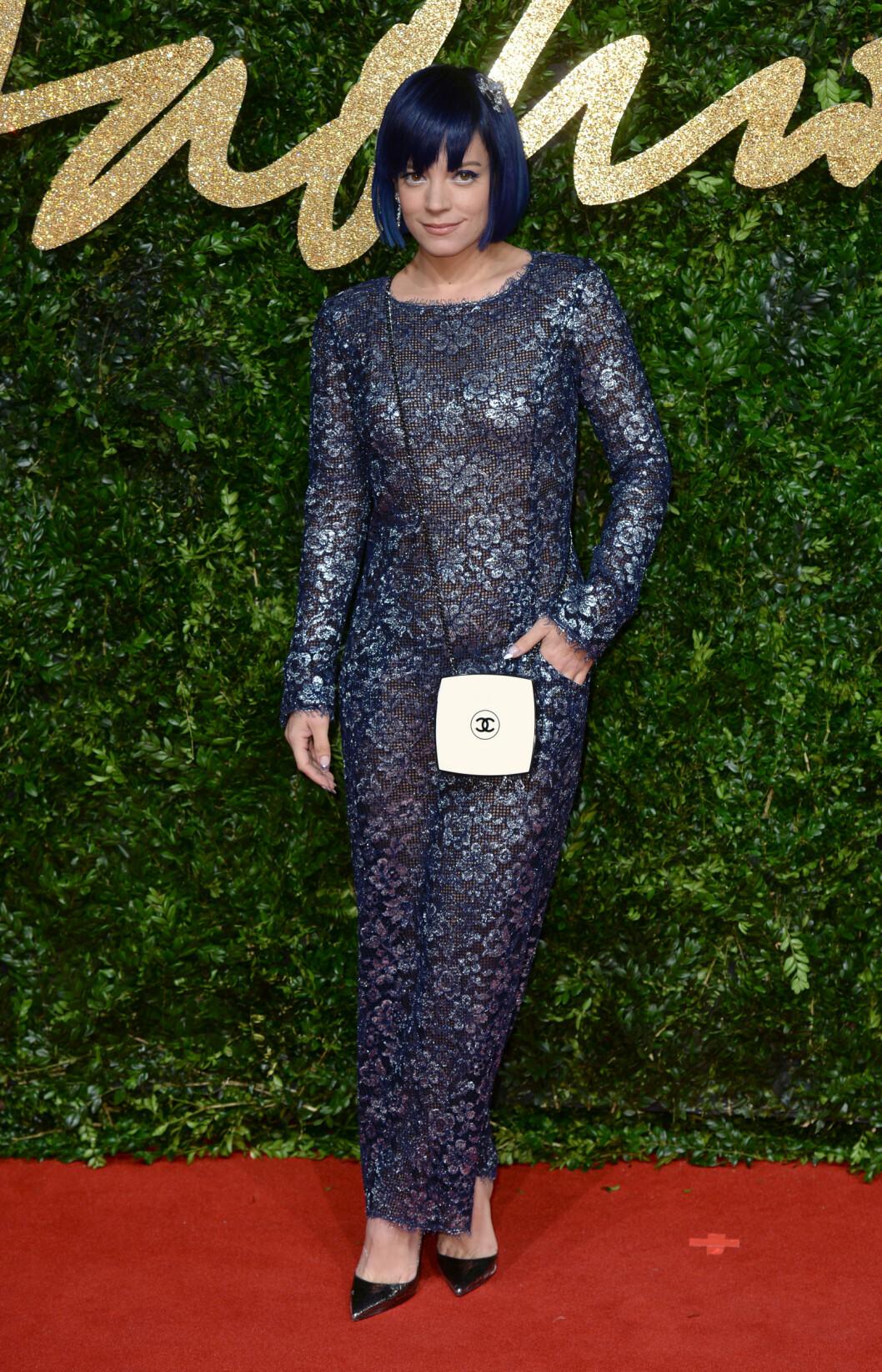 <strong>BARE BLÅTT:</strong> Artist Lily Allens blå, metalliske blondekjole matchet frisyren hennes perfekt. Legg merke til de trendy, spisse sølvpumpsene og den morsomme Chanel-vesken.  Foto: Pa Photos