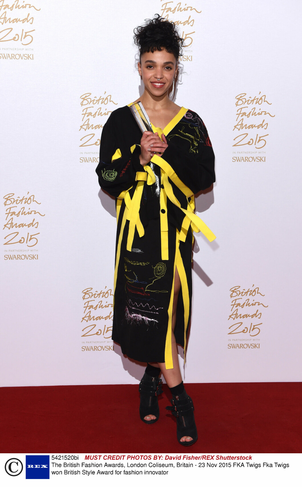 <strong>FARGERIK:</strong> Artist, prisvinner og Robert Pattinson-forlovede FKA Twigs viste nok en gang at hun ikke er redd for en eksperimentell stil. Foto: Rex Features