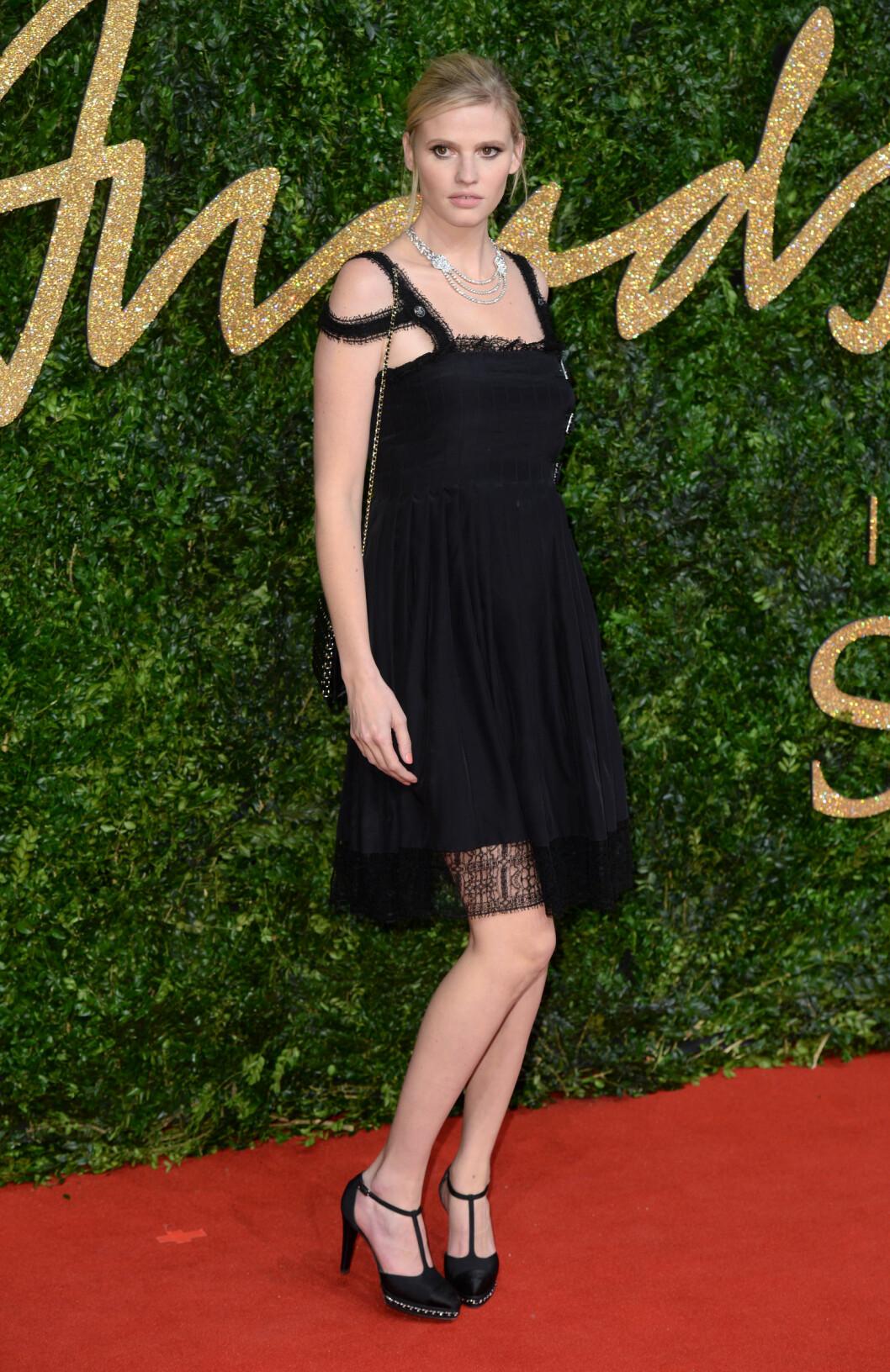 <strong>KULE DETALJER:</strong> Supermodell Lara Stone i en sort minikjole med doble stropper, stylet med pumps med naglesåler og et oversized smykke. Foto: Pa Photos