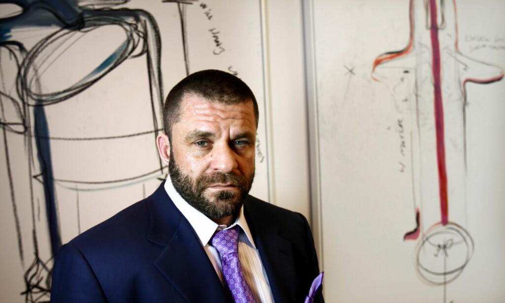 REAGERER: Kunstneren Bjarne Melgaard reagerer på at 16 av hans malerier ble stanset i tollen på Gardermoen. Foto: Trygve Indrelid / Aftenposten