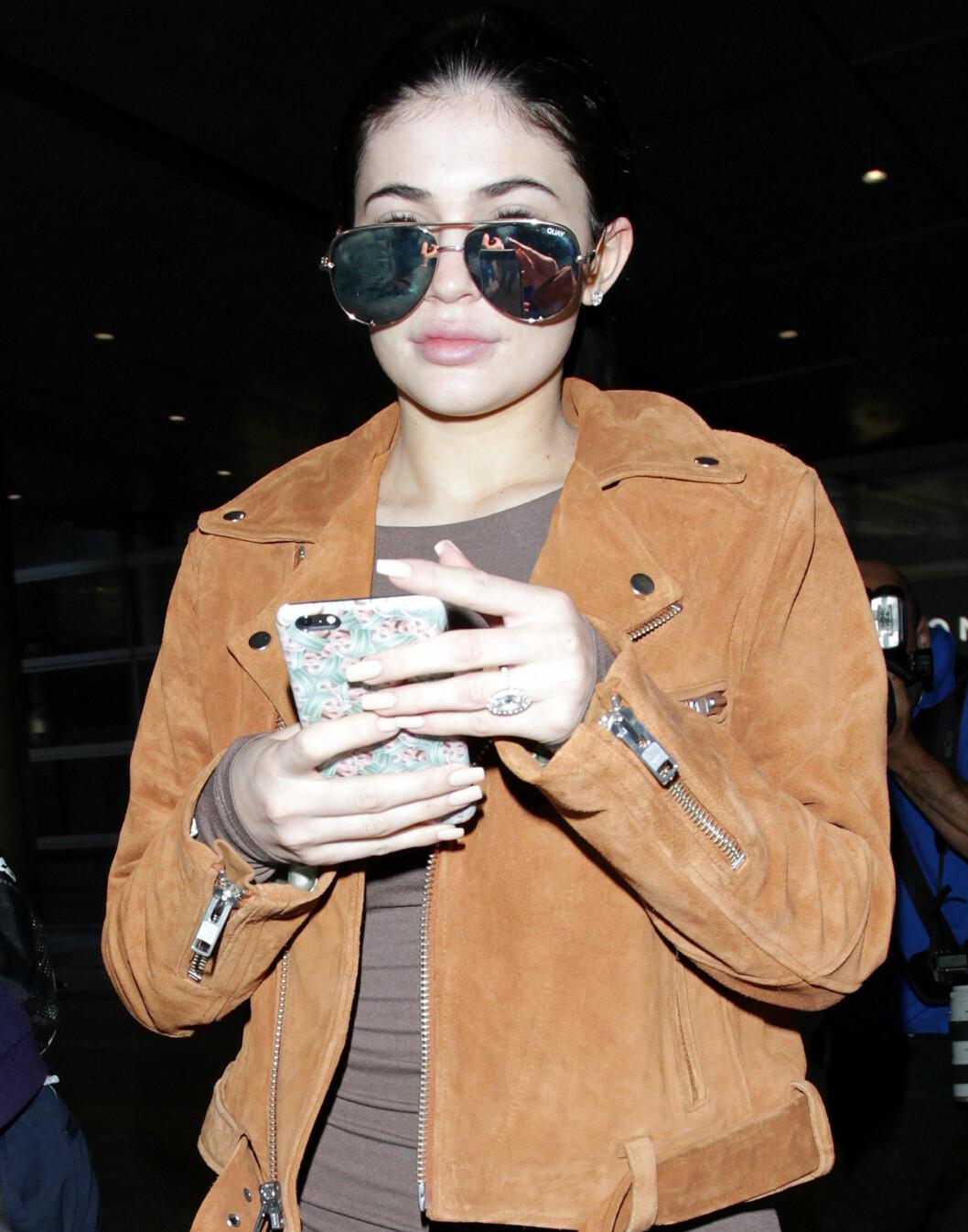 <strong>NATURLIG:</strong> 18 år gamle Kylie Jenner viser seg sjelden offentlig uten sin velkjente, glamorøse sminke. Da hun ankom flyplassen i L.A. tidligere denne uken var hun usminket, men skjulte mesteparten av ansiktet bak store pilotbriller.  Foto: Broadimage
