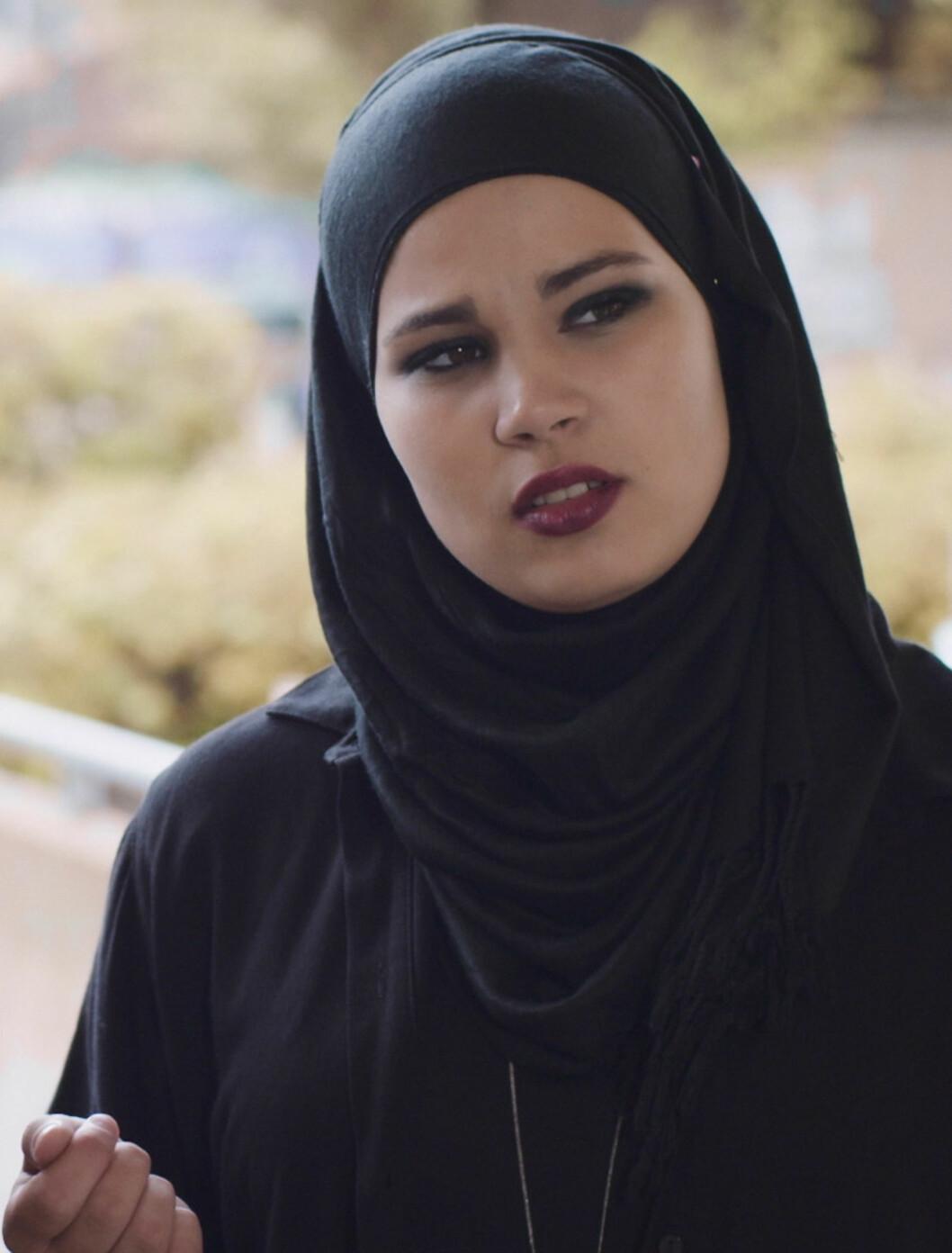 <strong>SANA:</strong> Rollefiguren Sana Bakkoush (Iman Meskini) har ofte en tøff «look» med markert øyensminke og fargesterk leppestift, som står i stil til den sorte hijaben hennes.  Foto: NRK