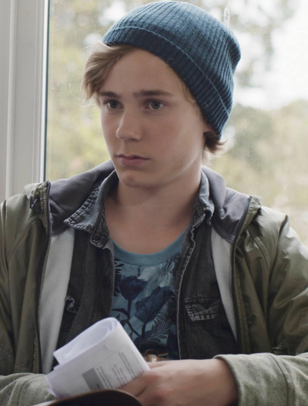 <strong>ISAK:</strong> Rollefiguren Isak Valtersen (Tarjei Sandvik Moe), som er bestevennen til Jonas, har blondt bølgete hår og en avslappet stil. Foto: NRK
