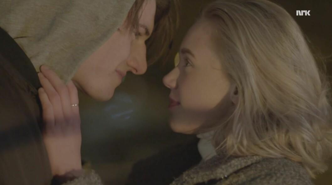 <strong>FØRSTE KYSS:</strong> William (Thomas Hayes) og Noora (Josefine Frida Pettersen) kysser for første gang etter mye om og men og frem og tilbake. Sukk! Foto: NRK