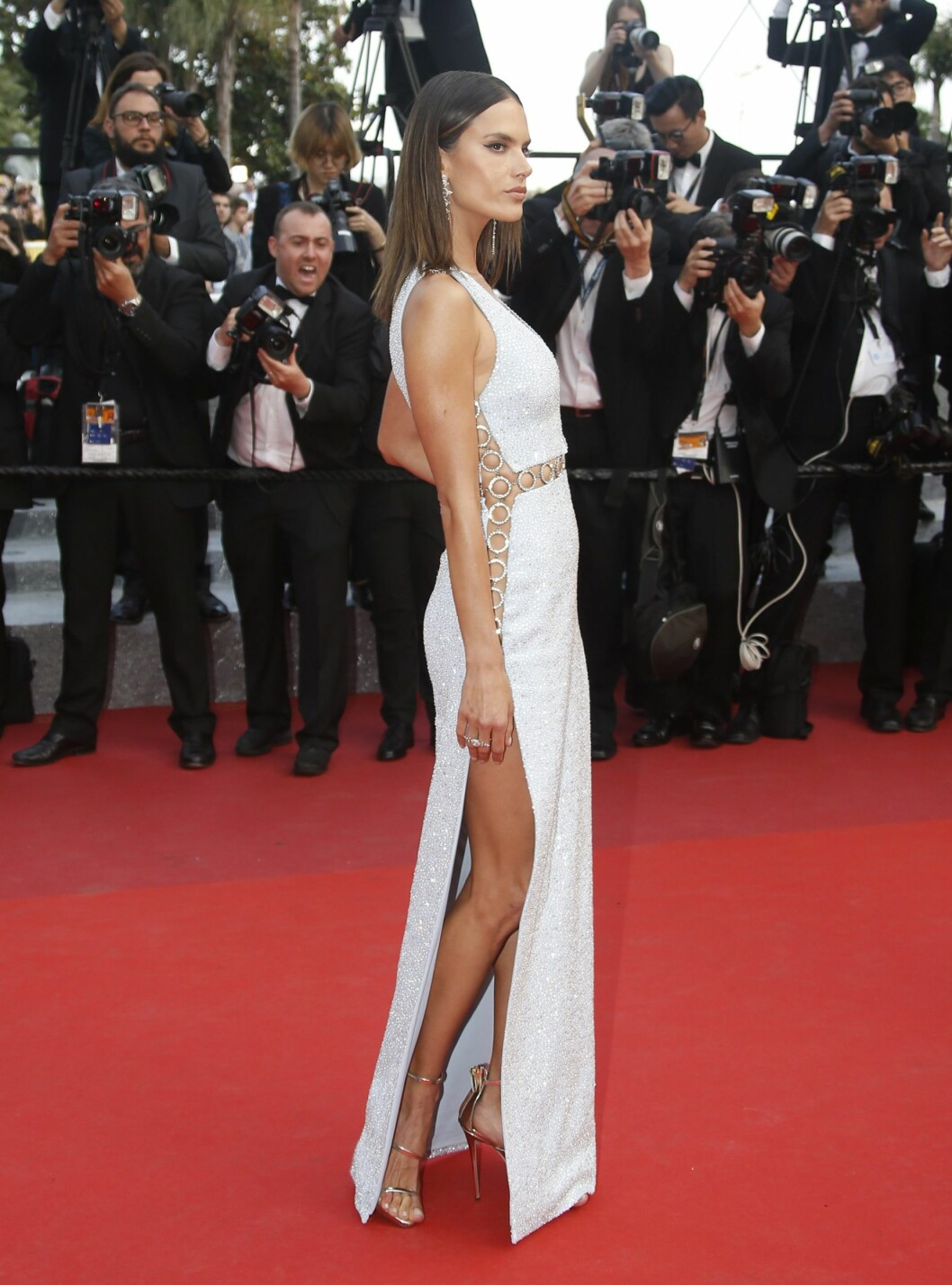 SEXY: Supermodell Alessandra Ambrosio viste også hud på «The Unknown Girl»-premieren. Foto: Epa