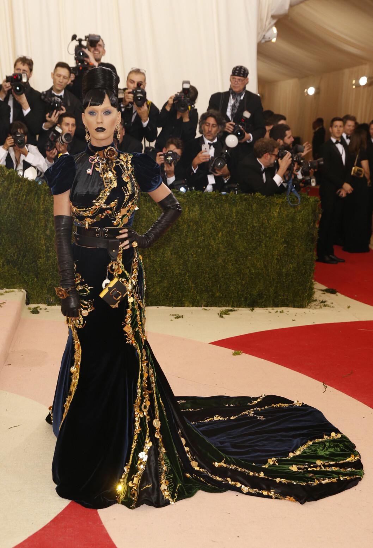 UGJENKJENNELIG: Popstjernen Katy Perry overrasket med en original frisyre, uvant øyensminke og en forseggjort fløyelskjole på Met-gallaen.  Foto: Reuters