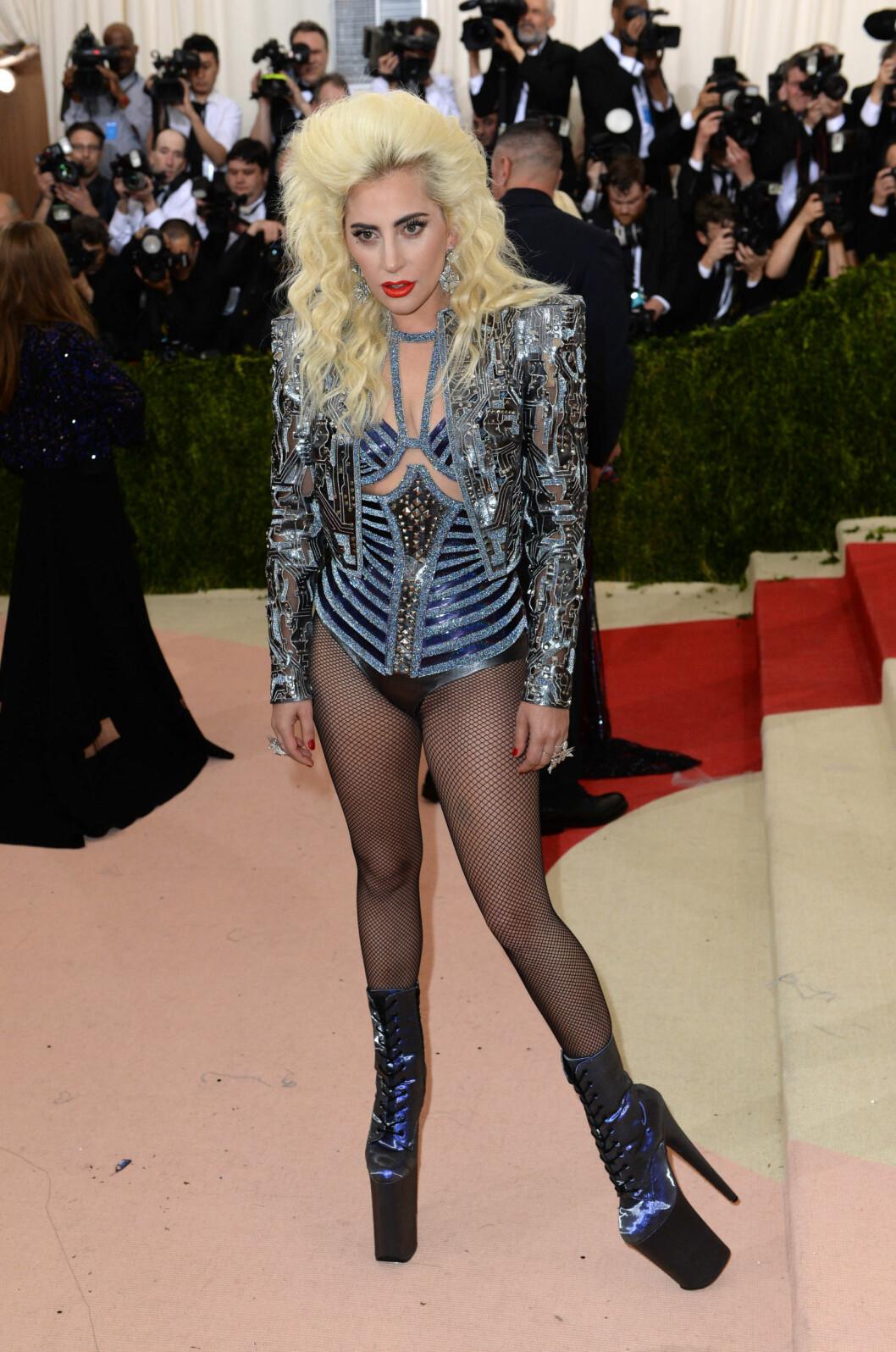 ROCKA: Lady Gaga overrasket i kjent stil ved å droppe buksene og iføre seg skyhøye platåstøvletter. Foto: Pa Photos