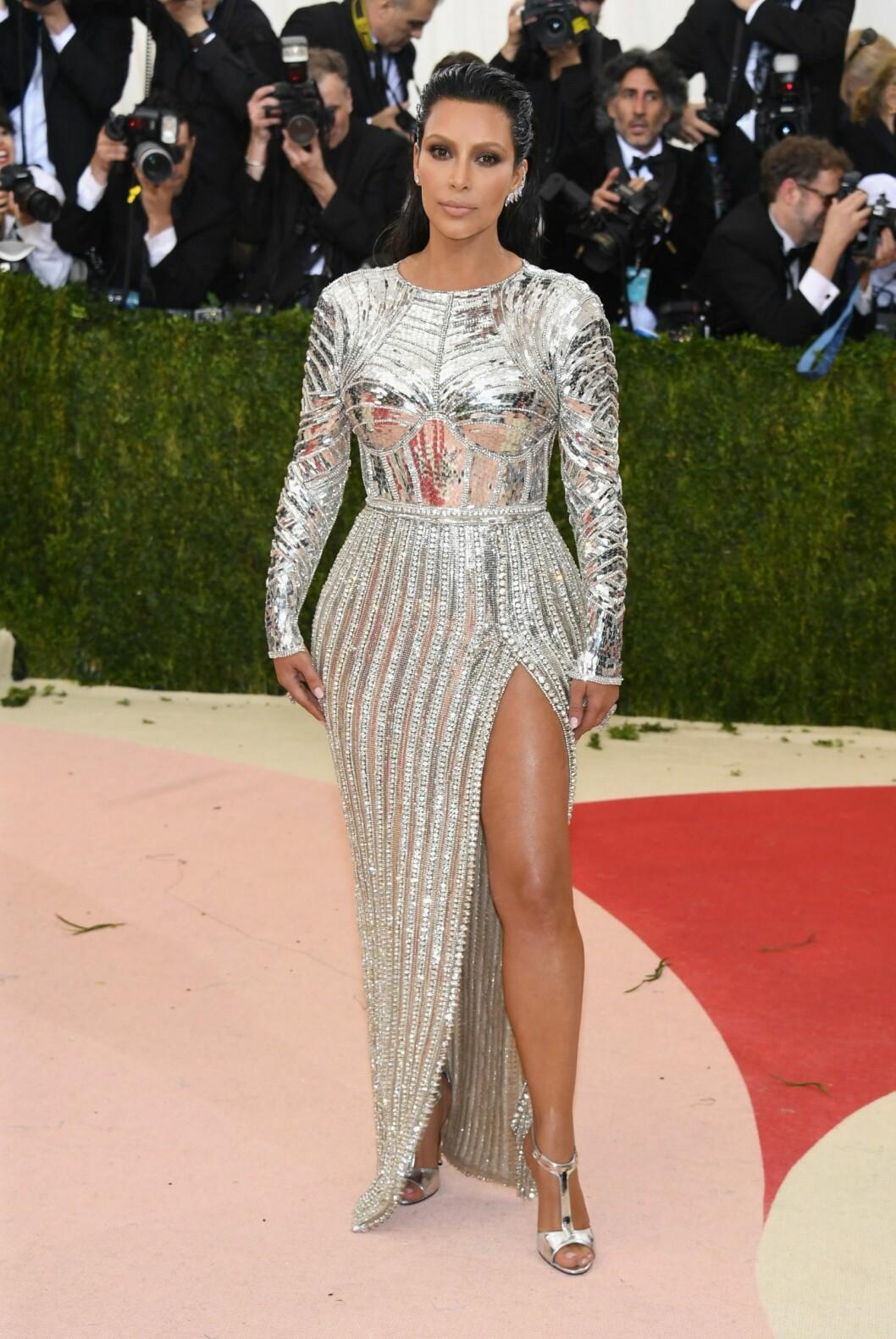OGSÅ RUSTNING: Kim Kardashian, som ble mamma for annen gang i desember, viste formene i en sølvkjole fra Balmain. Foto: Afp