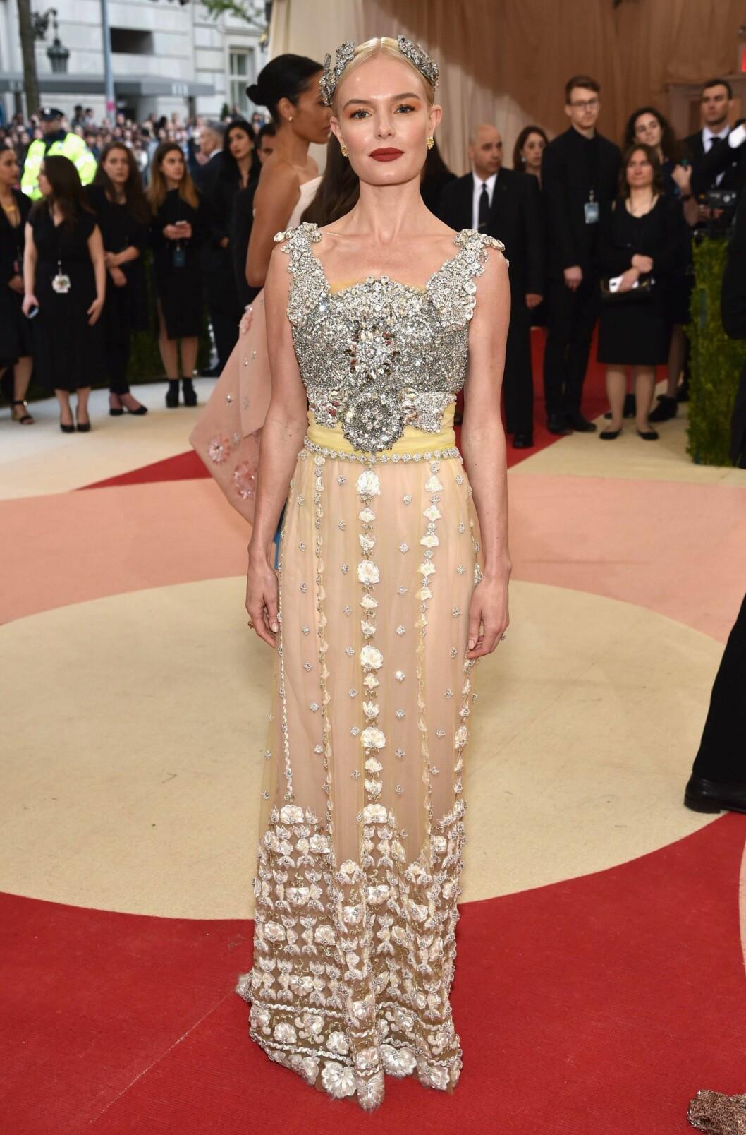 GUDOMMELIG: Kate Bosworth skilte seg ut i en glitrende kreasjon fra Dolce & Gabbana. Legg merke til hodepryden og de mørke leppene.  Foto: Afp