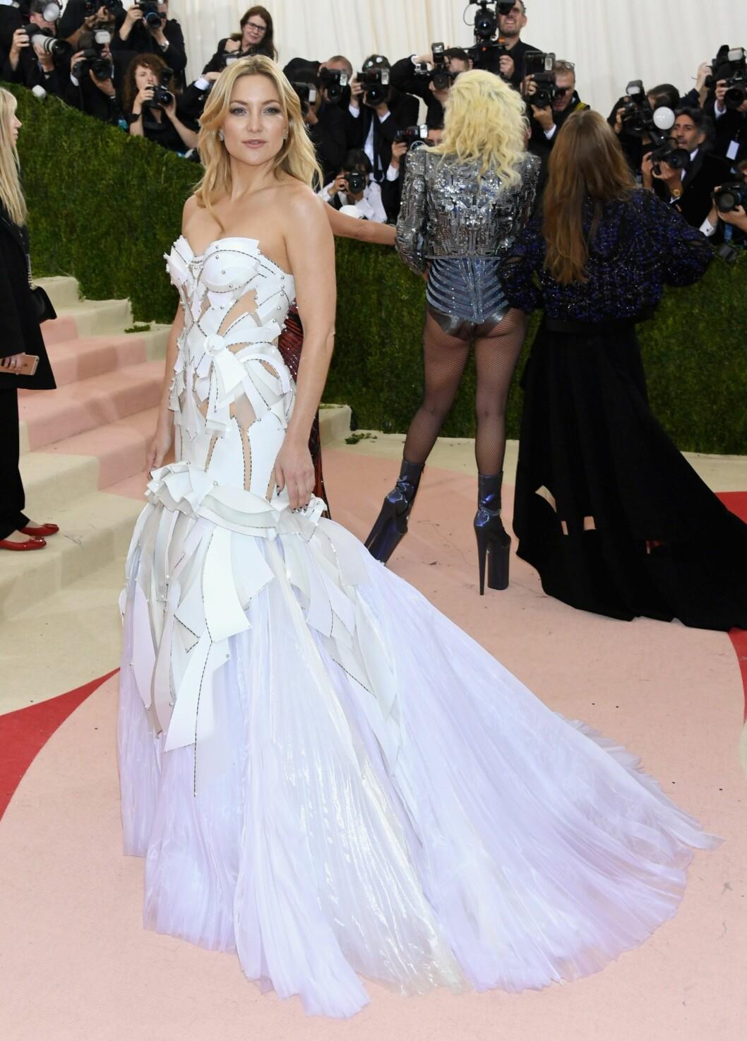 RUSTNING: Kate Hudsons kjole passet perfekt til gallaens tema, «Manus x Machina: Fashion In An Age Of Technology». Foto: Afp