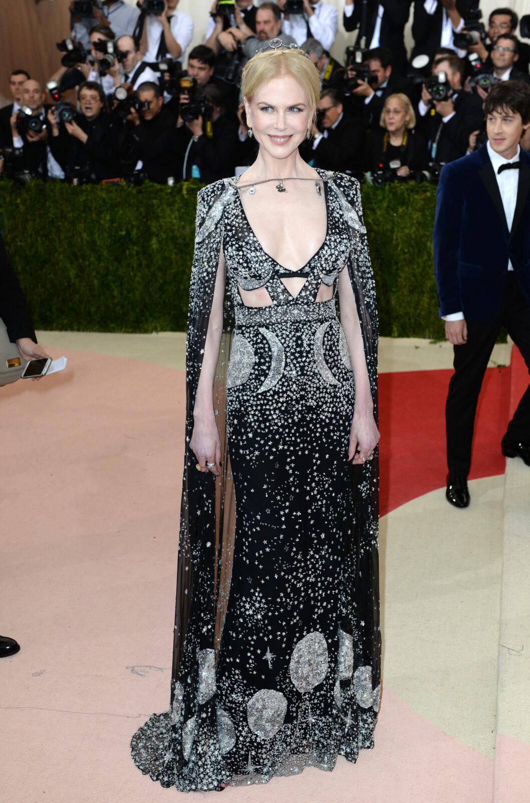 GALAKTISK: Alexander McQueen-kjolen til Nicole Kidman så ut til å være inspirert av verdensrommet.  Foto: Pa Photos