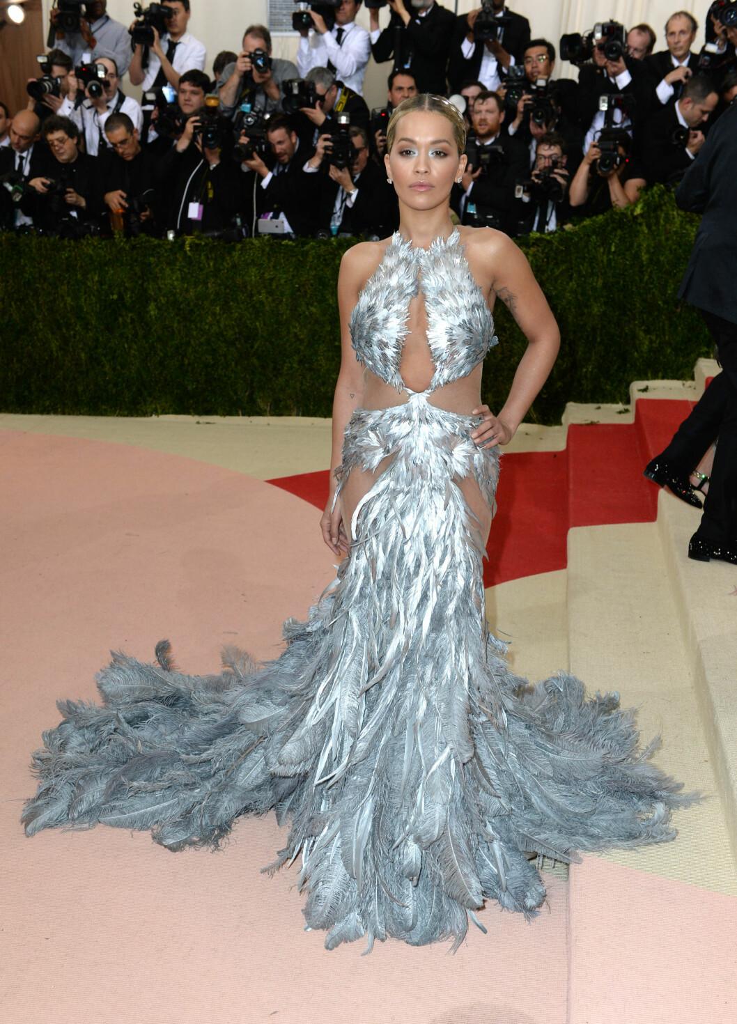 FJÆRPRYD: Popstjernen Rita Ora skilte seg ut i en sølvfarget fjærkjole med matchende øyensminke. Foto: Pa Photos
