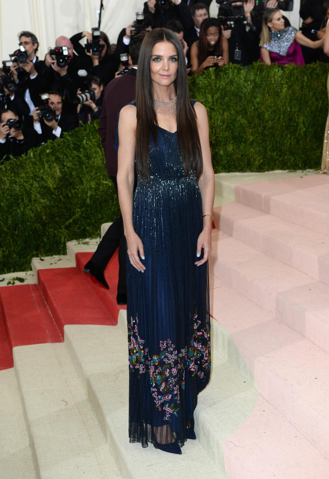 I BLÅTT: Katie Holmes glitret i en kjole fra designervennen Zac Posen. Foto: Pa Photos