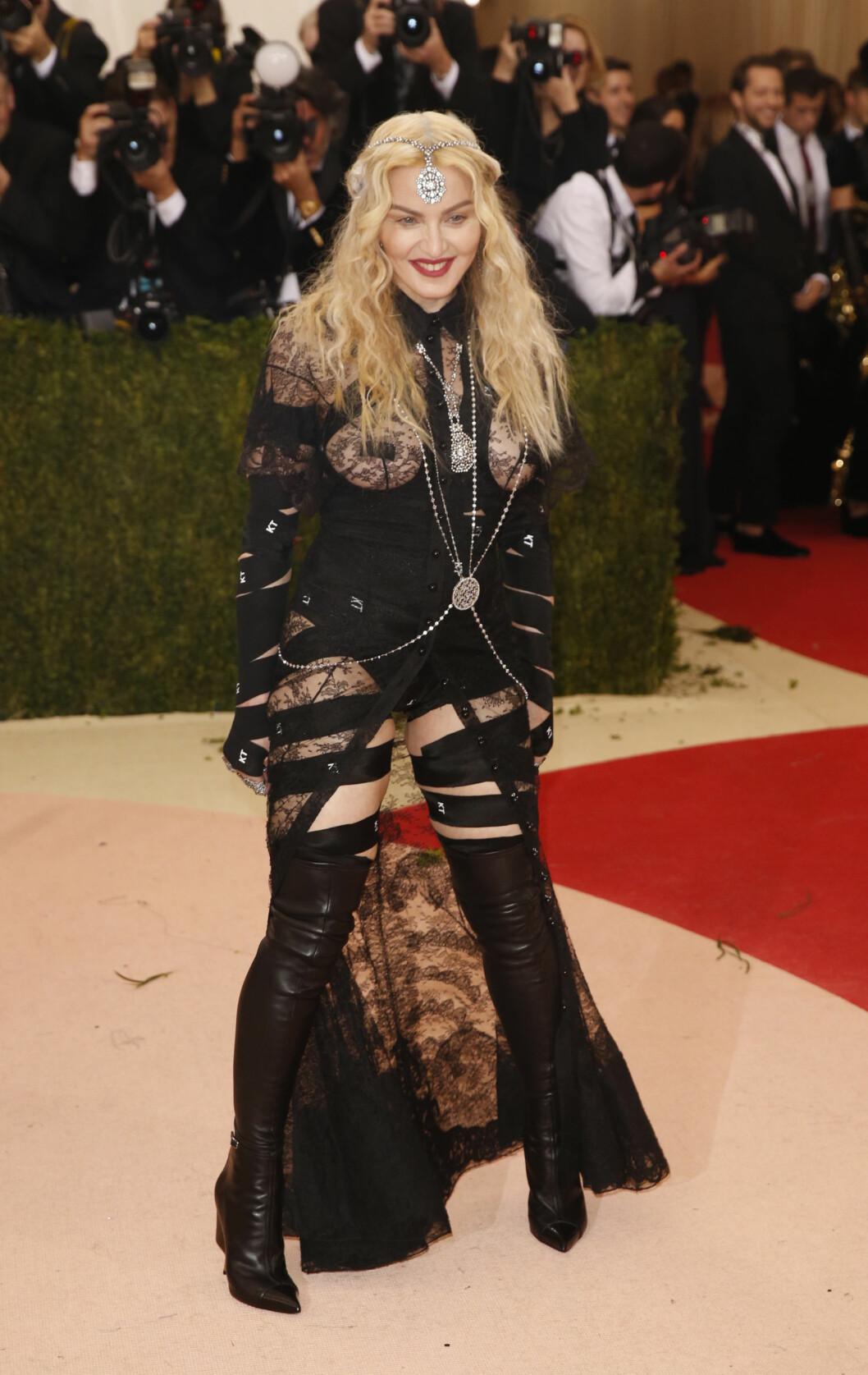 SJOKKERTE IGJEN: Popikon Madonna viste både bryst, rumpe og bein i dette blonde- og skinnantrekket på Met-gallaen 2016.  Foto: Reuters