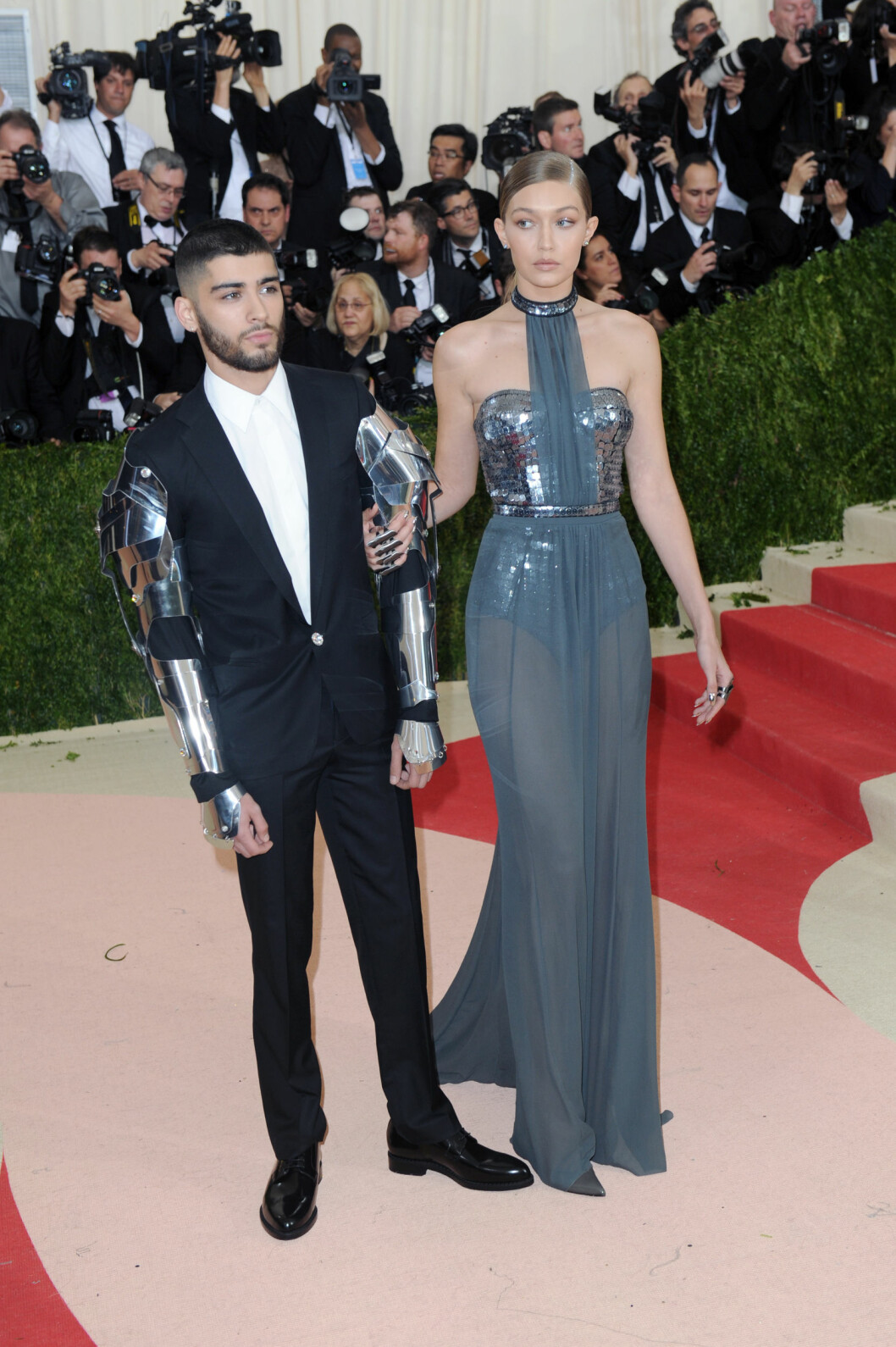 MATCHET: Kjæresteparet Gigi Hadid og Zayn Malik (t.v) gjorde sin rød løper-debut som par, og stod i stil til gallaens tema med de rustning-inspirerte antrekkene sine.  Foto: Polaris