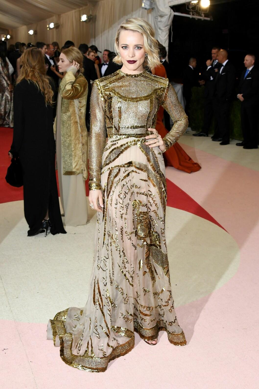 I GULL: Skuespiller Rachel McAdams var iført en Valentino-kjole brodert med strofer fra Dantes «Den guddommelige komedie». Legg merke til den tøffe, mørke leppestiften. Foto: Afp