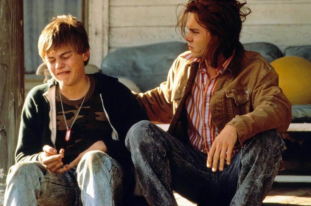 I 1993: Leonardo DiCaprio ble nominert for rollen som psykisk utviklingshemmede Arnie Grape i «Hva er det med Gilbert Grape». Her i en scene med Johnny Depp, som allerede var en veletablert stjerne. Foto: PARAMOUNT PICTURES / Album