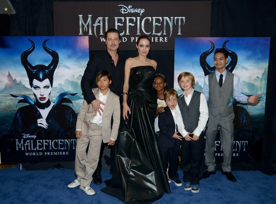 PÅ RØD LØPER: Her er Brad og Angelina sammen med ungeflokken på premieren av filmen Maleficent i Hollywood. Vivienne er det eneste barnet som ikke er med på bildet. Foto: Afp