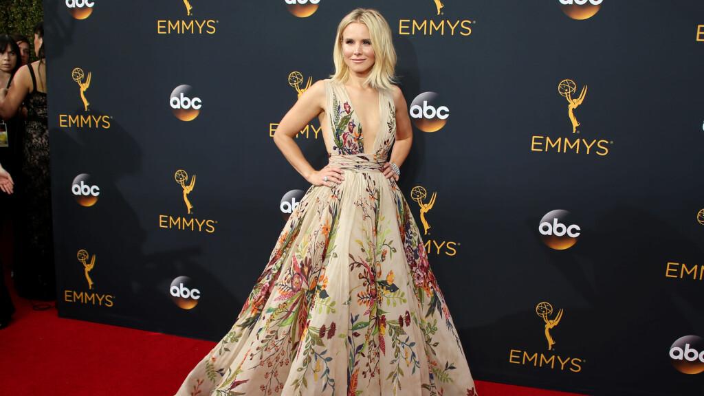 SOM EN DRØM: Kristen Bell fikk skryt for valg av designerkjole hun dukket opp med på den røde løperen under Emmy Awards 2016. Foto: Reuters