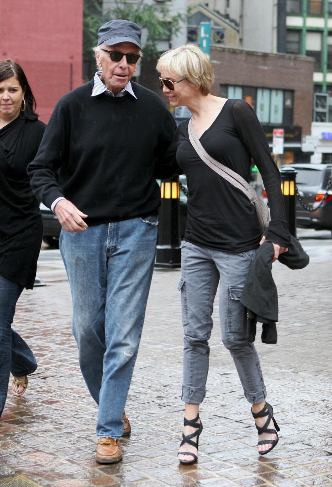 FAREN: Renee Zellweger sammen med sin sveitsiske far Emil Zellweger. Foto: PPNY / GSNY / Splash News
