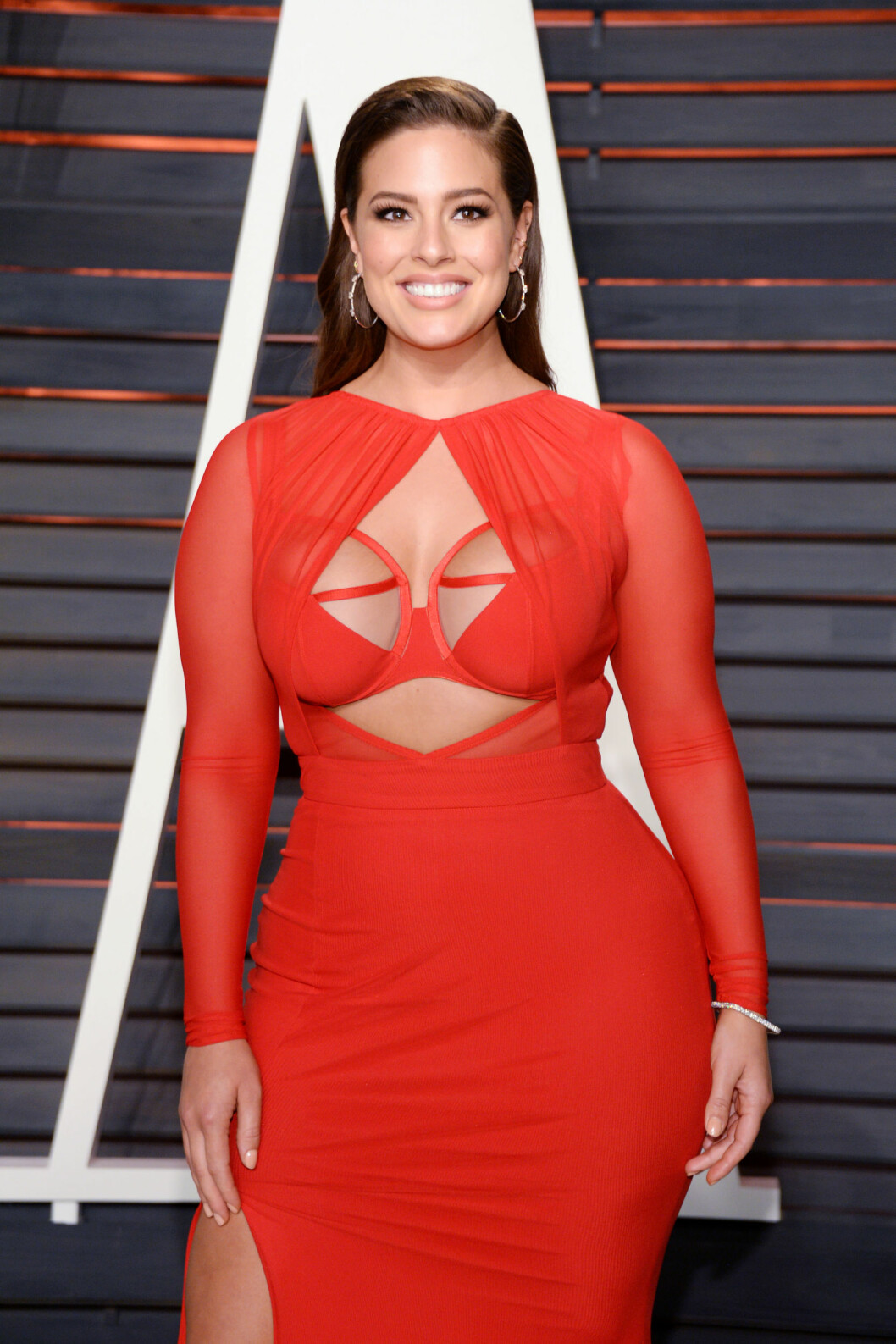 FÅR SKRYT: Ashley Graham fikk mange beundrende blikk for sitt dristige kjolevalg under Oscar-etterfesten tidligere i år.  Foto: SipaUSA