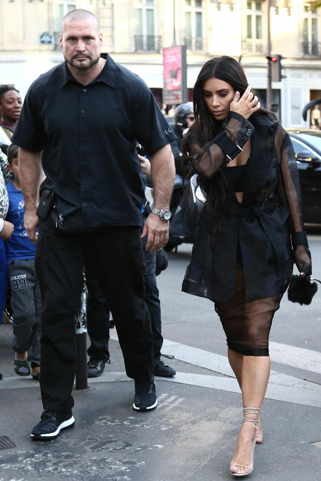 ØKER SIKKERHETEN: Kim har valgt å øke sikkerheten rundt seg selv etter ranet i Paris. Her sammen med sikkerhetsvakten sin Pascal Duvier.  Foto: Abaca