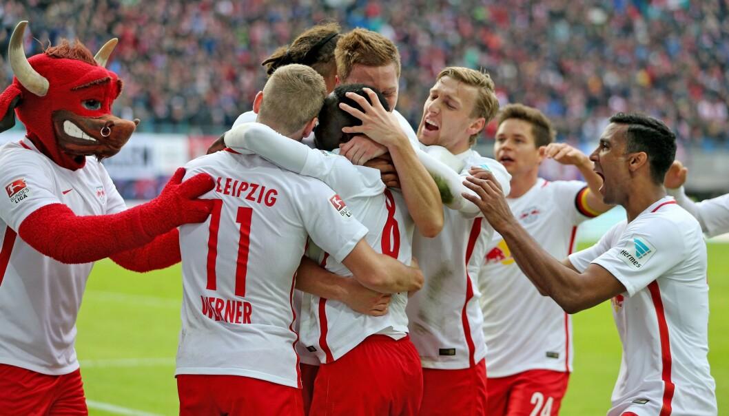 <strong>SENSASJON:</strong> RB Leipzig, som ligger på sølvplass i Bundesliga, feirer scoring mot Werder Bremen 23. oktober. Foto: EPA/Jan Woitas