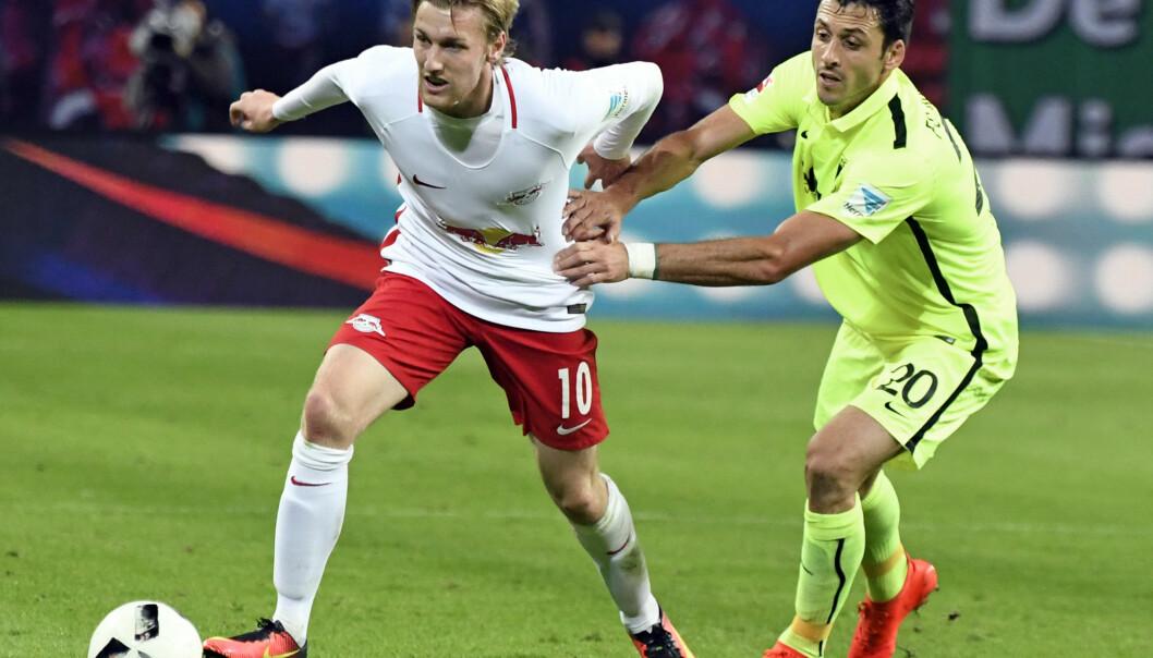 <strong>NØKKELSPILLER:</strong> Svenske Emil Forsberg i duell med Augsburgs Gojko Kacar. Foto: AP Photo