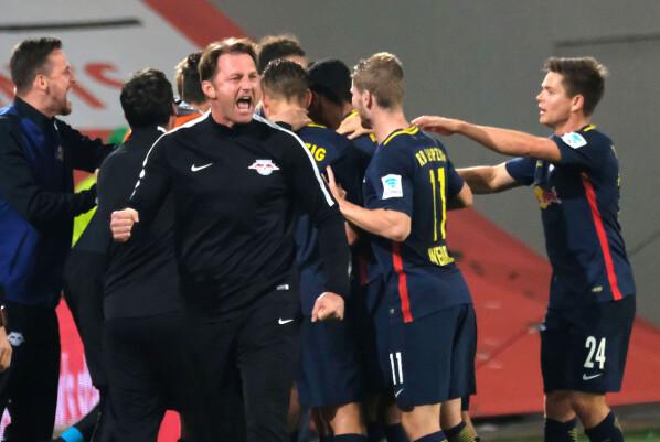 <strong>FEIRER:</strong> RB Leipzig-trener Ralph Hasenhüttl jubler for scoring mot Wolfsburg. Foto: Peter Steffen/dpa