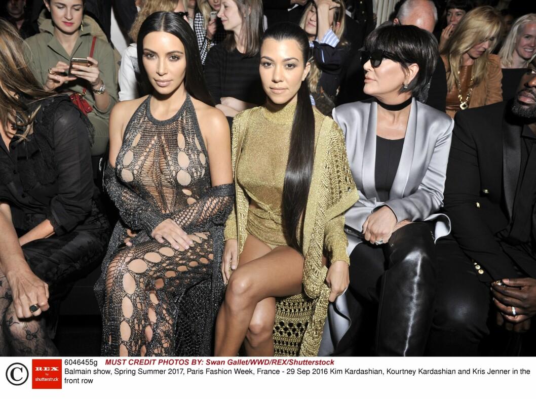 VAR I PARIS MED FAMILIEN: Kims søster Kourtney og hennes mor Kris Jenner var i Paris samtidig som ranet skjedde. Foto: Rex Features