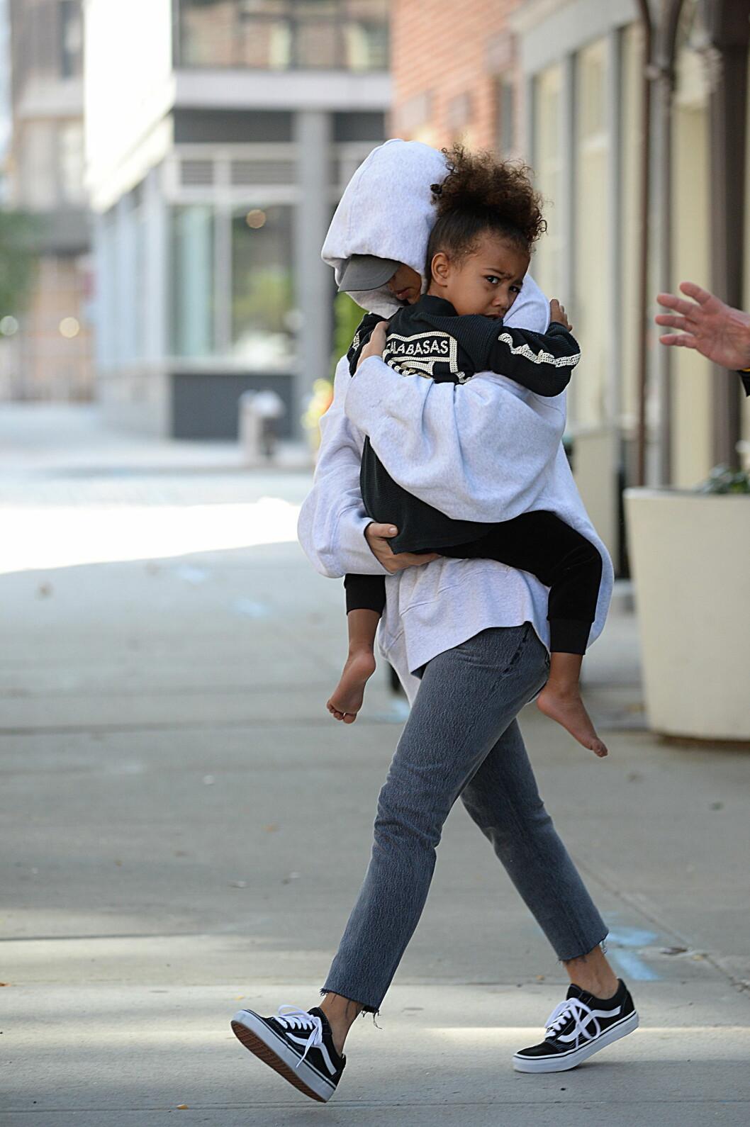 DEKKET SEG TIL: Kim Kardashian har ikke uttalt seg om det dramatiske Paris-ranet. Her er hun sammen med dattera på vei ut fra en leilighet i New York få dager etter. Foto: Zuma Press Foto: Zuma Press