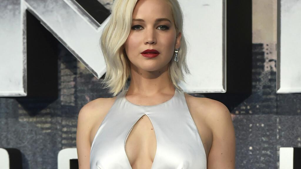 HAR FUNNET LYKKEN: Hollywood-stjernen Jennifer Lawerence skal nå ha funnet lykken med en 21 år eldre regissør. Her stråler stjernen i en spesiallaget Dior-kjole i forbindelse med en «X-Men»-premiere.  Foto: Reuters/ NTB scanpix