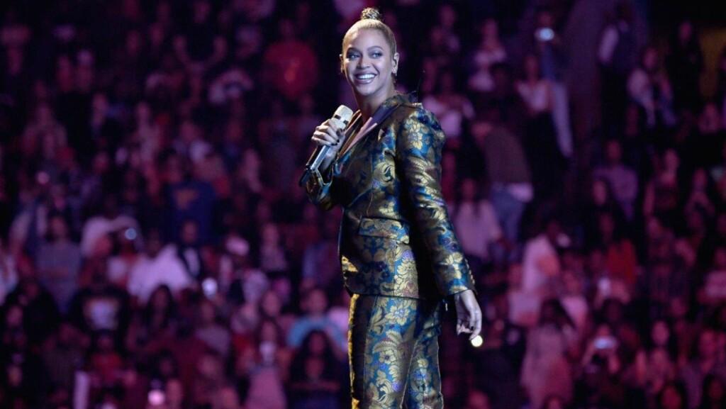 BEGYNTE Å BLØ: Beyoncés venstre øre begynte under en konsert i New York å blø. Fans har reagert med en skummel trend på Twitter, som får flere til å reagere. Foto: NTB Scanpix