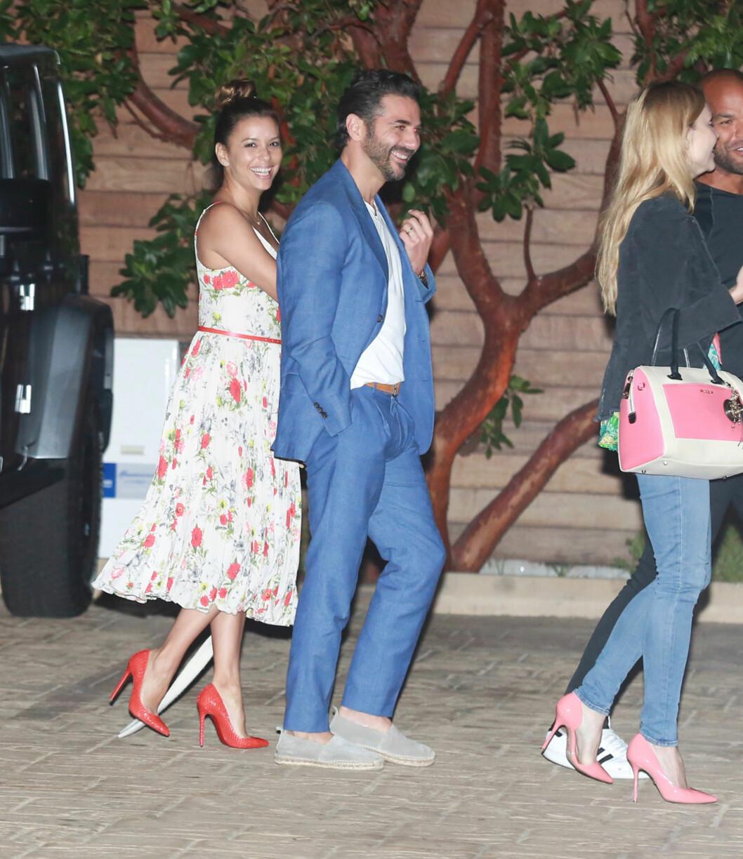 Eva Longoria og ektemannen José Bastón viste sin kjærlighet i Los Angeles i sommer.  Foto: Splash News