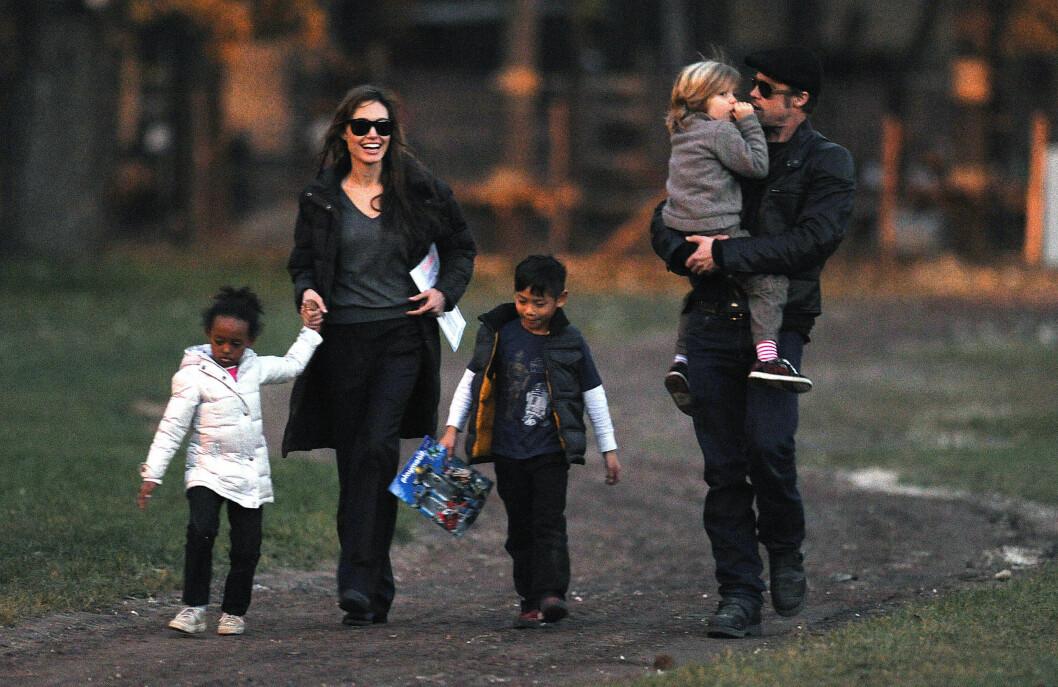 I PARKEN: Angelina Jolie og Brad Pitt sammen i Budapest med barna Shiloh, Pax og Zahara.   Foto: Polaris