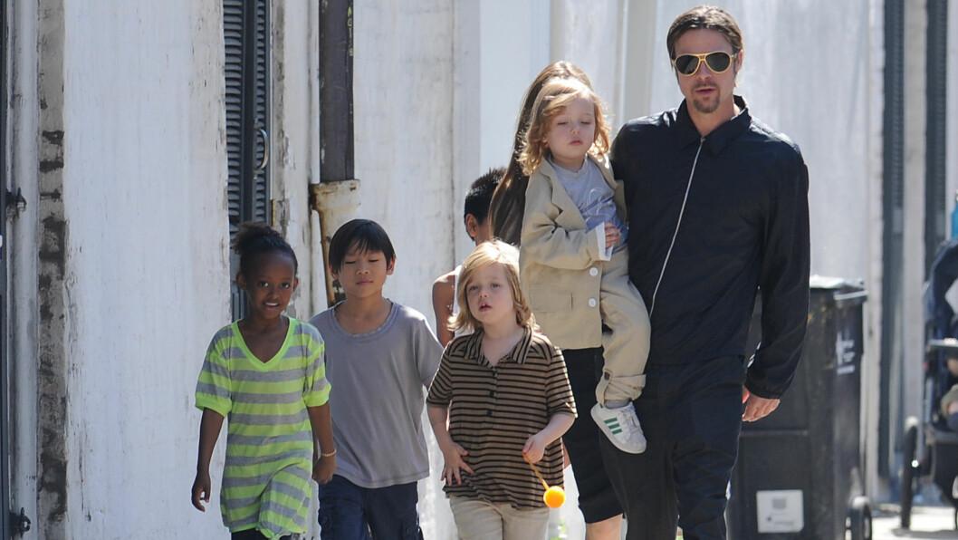 MED BARNA: Brad Pitt fikk møte barna for første gang etter bruddet med Angelina. Her er hele familien sammen i 2011. Foto: Polaris