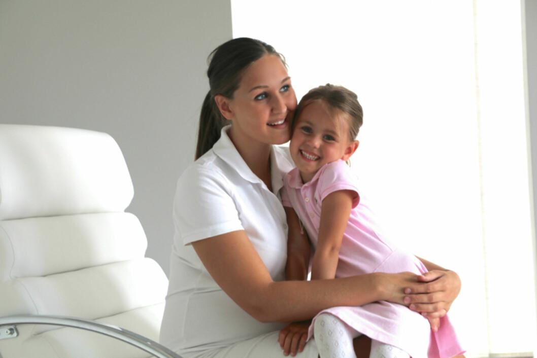STOLT MAMMA: Anna Rasmussen legger ikke skjul på at hun elsker rollen som mor. Her er hun avbildet med datteren Michelle, som fylte fem år i sommer.  Foto: Privat/ mammatilmichelle.blogg.no